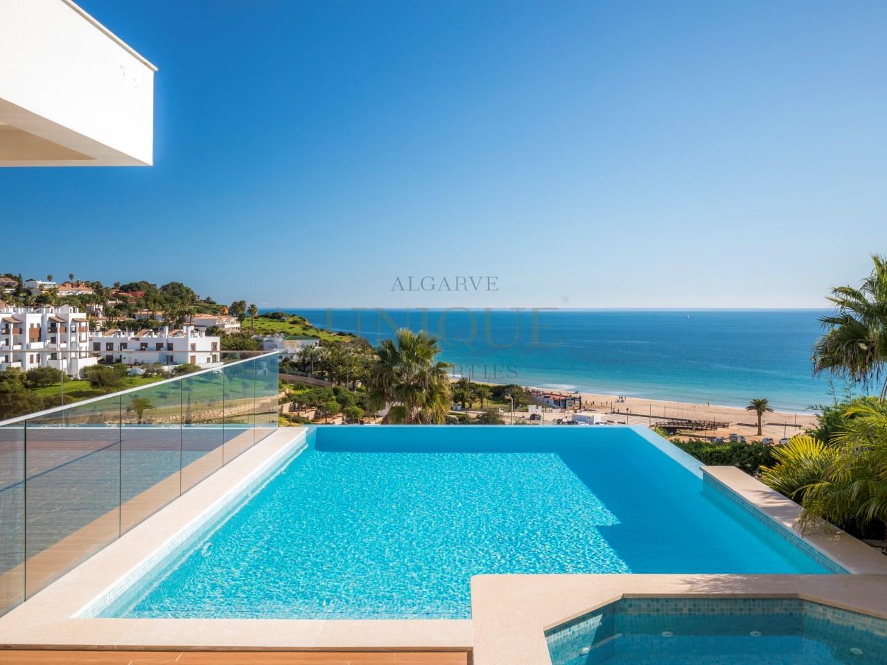 Luxuosa moradia com piscina e vista mar
