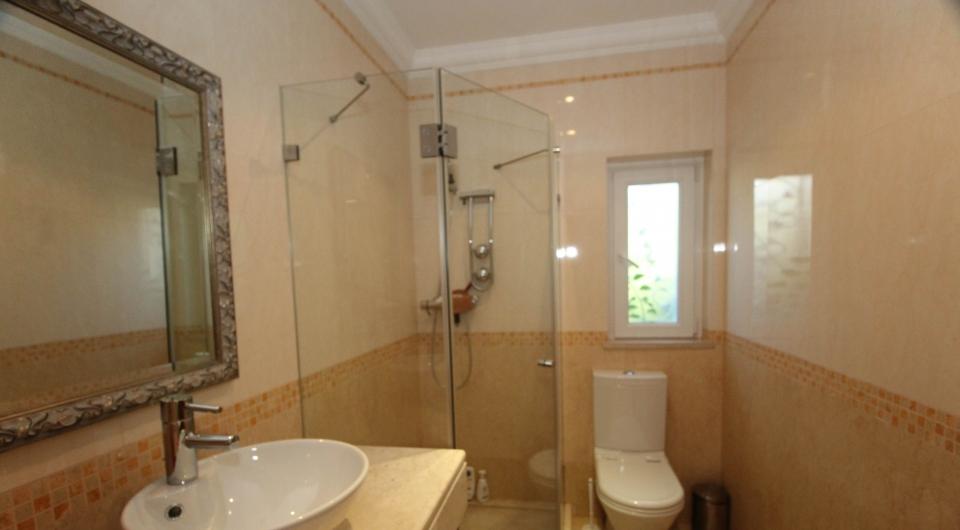 Moradia de boa construção com 4 quartos, com vista mar à venda em L_10