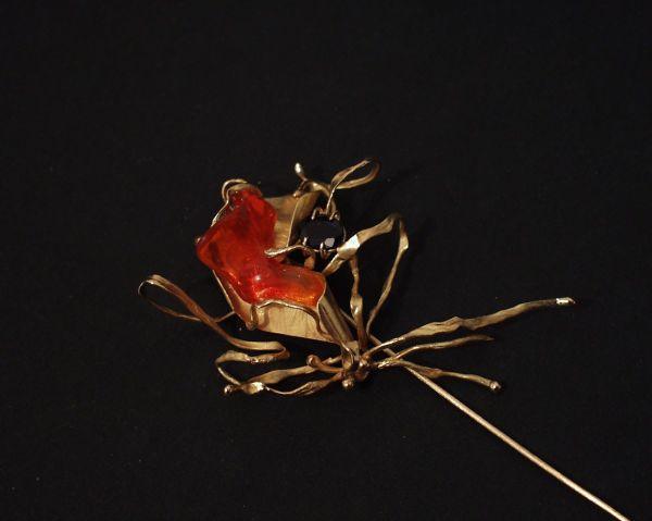 Alfinete com opala de fogo e safira